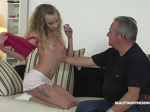 Crunchy comme �a pet Angel Emily pounded by an older guy hardcore